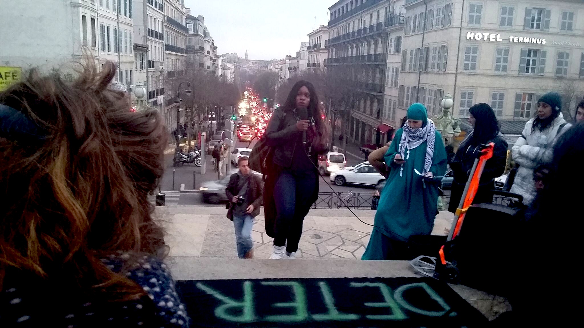 Hawa Traoré, jumelle d'Adama, au micro Marche Marseille 17/03/2017