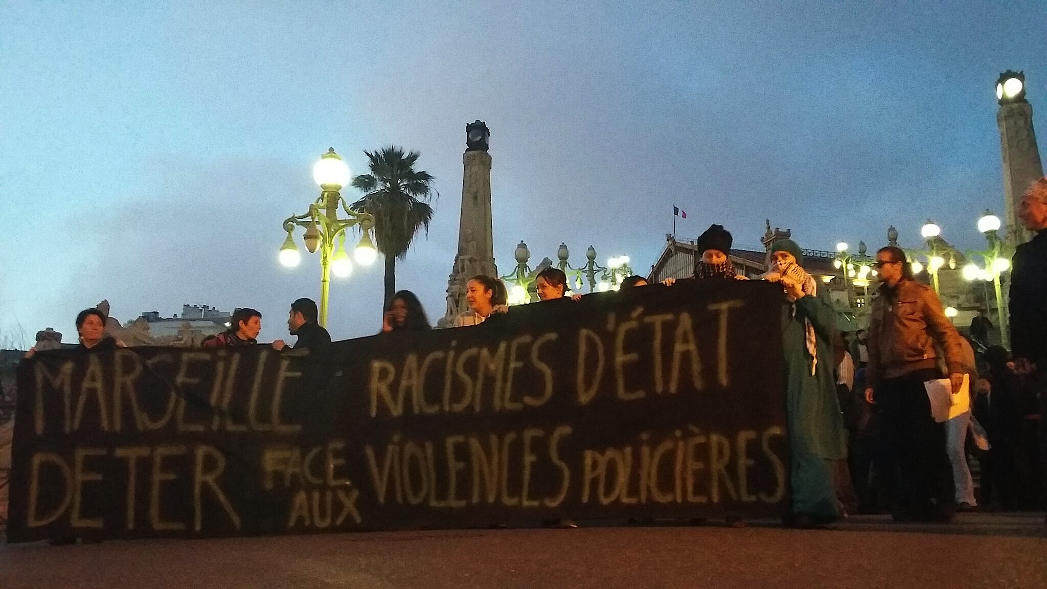 Banderoles antiracistes sous les lumières de Saint Charles Marche Marseille 17/03/2017